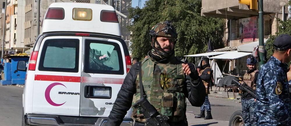 Bilden visar soldater och en ambulans vid Tayarantorget i centrala Bagdad. På morgonen inträffade två självmordsbombare varsin sprängladdning och dödade minst 28 personer.