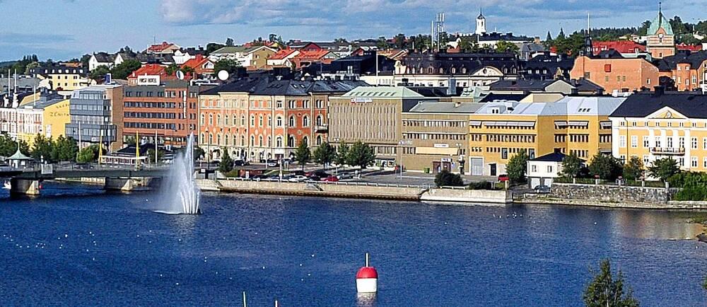 Härnösand med byggnader och vatten.