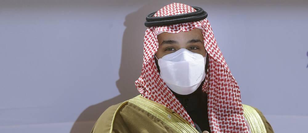 Mohammed bin Salman i traditionell saudisk klädsel och munskydd.