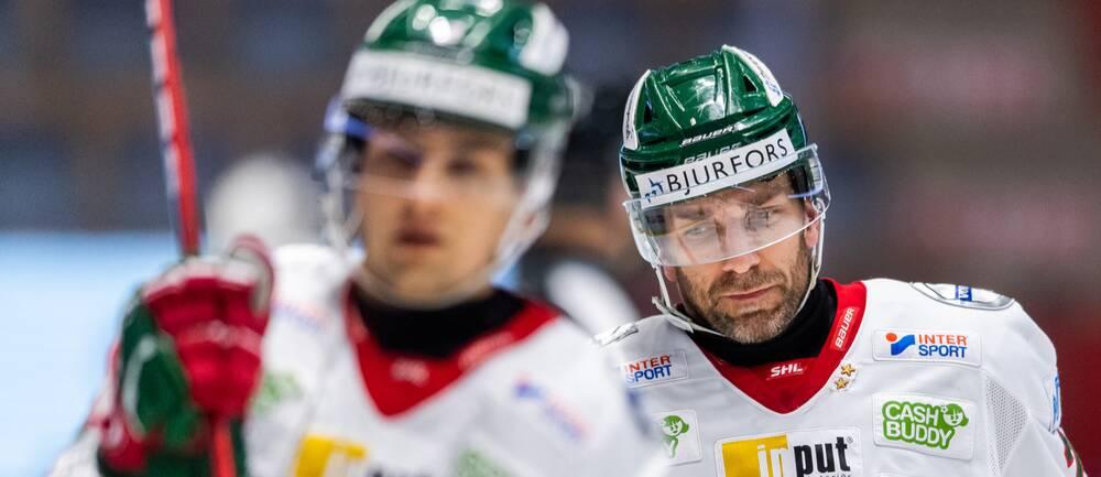 Joel Lundqvist har talat med Carl Mattsson efter huvudtacklingen.
