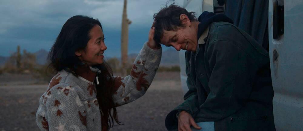 """Regissören Chloe Zhao med skådespelaren Frances McDormand under inspelningen av """"Nomadland"""""""