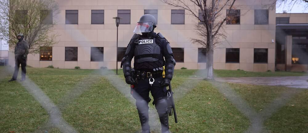 polis vid polisstationen i Brooklyn center, Minnesota.