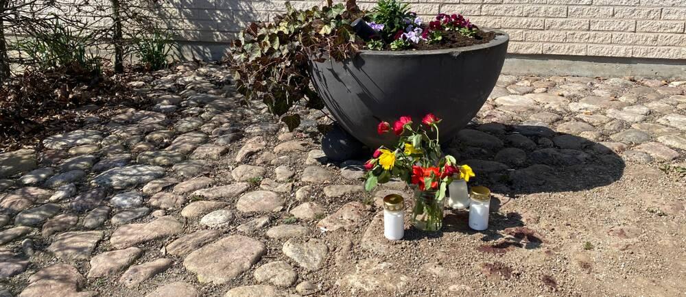 Flera hade ställt blommor och ljus vid den plats där kvinnan hittades mördad i lördags.