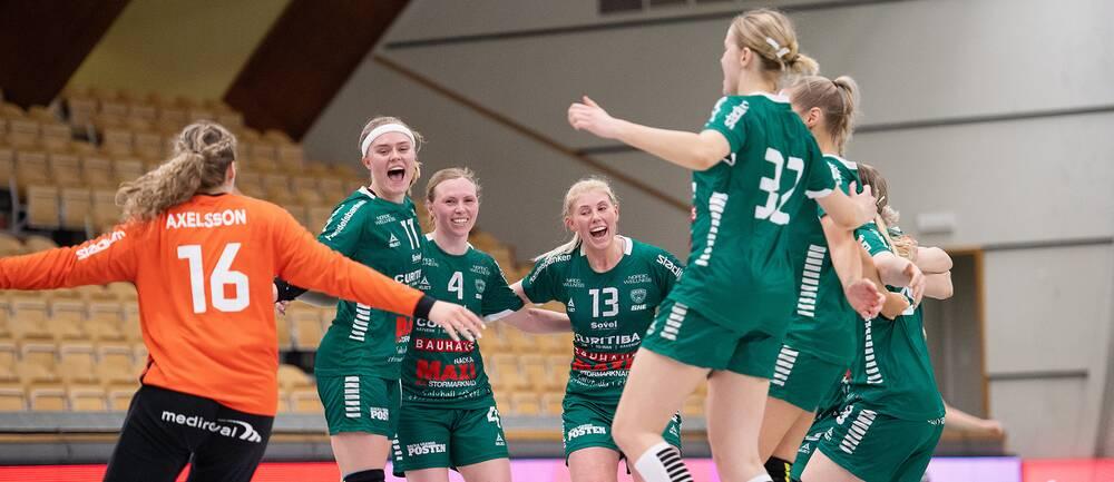 Skurus spelare jublar efter final ett i SHE mot H65 Höör.