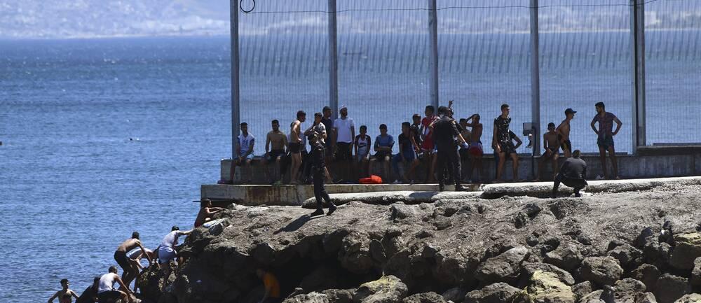 Migranter som tagit sig till den spanska exklaven Ceuta.