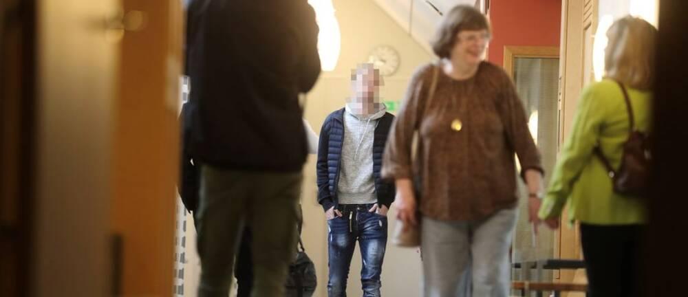 Den åtalade ex-allsvenske spelaren anländer till tingsrätten.