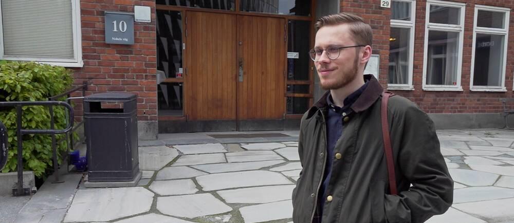 Lääketieteen opiskelija Lassi Koski Karoliinisen instituutin ylioppilaskunnan rakennuksen edustalla Solnassa toukokuussa 2021.