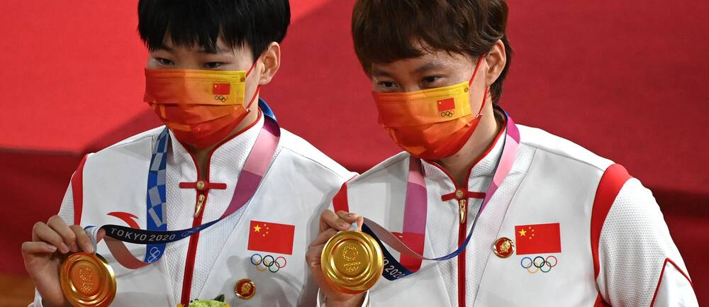 På jackorna hade kinesiskorna Bao Shanju och Zhong Tianshi nålar med Mao Zedong.