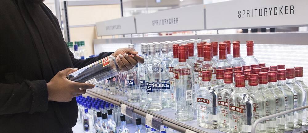 Man handlar alkohol på Systembolaget.