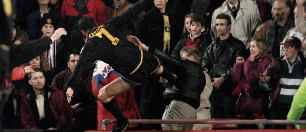 Eric Cantona sparkar en supporter på läktaren