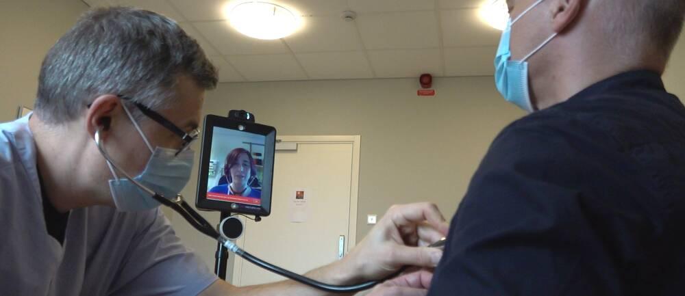 Se hur det går till när läkare illustrerar undersökning av patient på distans
