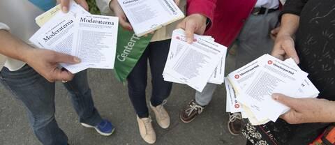 Valsedlar delas ut utanför Viks skola på Värmdö.