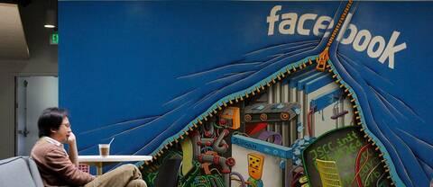 En anställd sitter på Facebooks kontor i Menlo Park, Kalifornien.