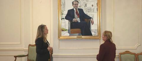 Anna Håkansson, konstguide och redaktör Heléne Nyman under porträtt av fd talman Per Westerberg.