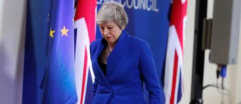 Theresa May lämnar podiet efter en presskonferens i Bryssel.