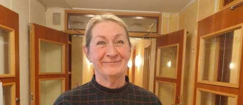 Susanne Rosell står i en korridor och tittar in i kameran.