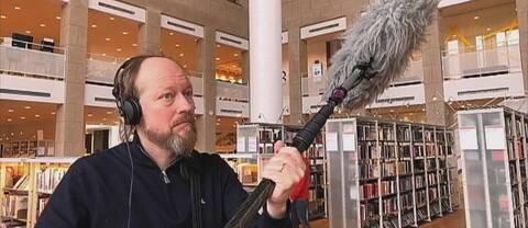 Ljudtekniker spelar in ljud inne i Ljusets kalender i Malmö stadsbibliotek.
