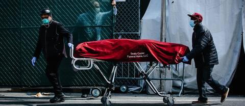 """""""I USA har corionapandemin satt den inbyggda bristen på jämlikhet i blixtbelysning"""", skriver Erika Bjerström. Bilden visar sjukhusanställda som transporterar en kropp till ett tillfälligt bårhus i New York."""