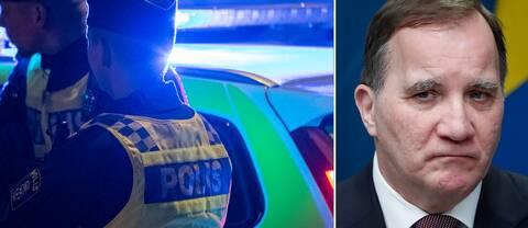 Poliser står framför en polisbil med blåljus och statsminister Stefan Löfven tittar mot dem.