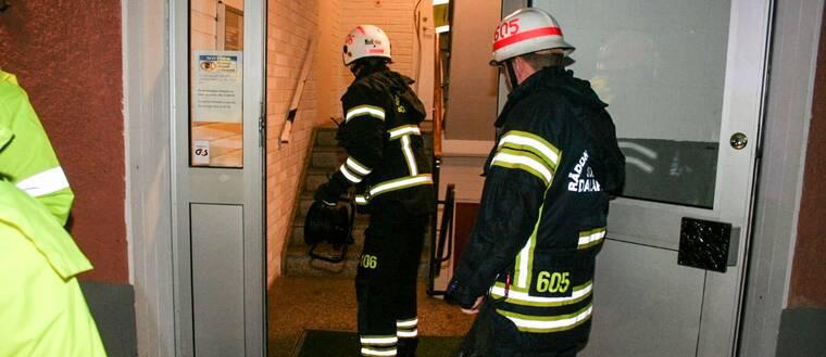 brand i flerfamiljehus i Krylbo. Brandmän på väg in i huset
