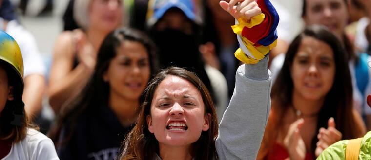Demonstranter i Caracas protesterar mot regeringen under fredagen.