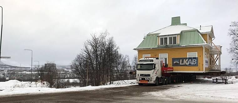 stort äldre trähus på lastbil