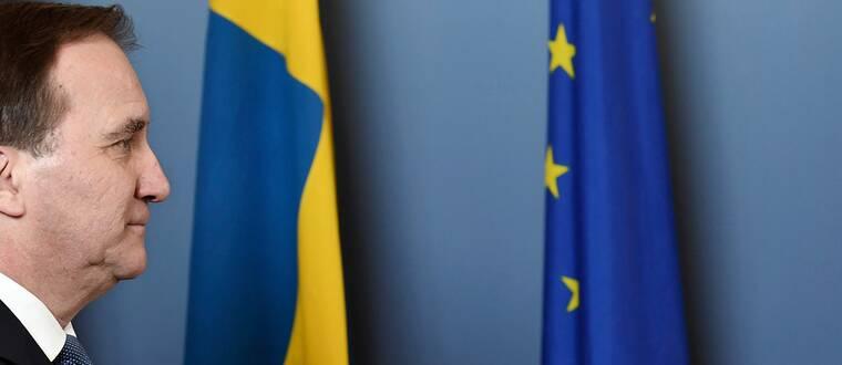 Statsminister Stefan Löfven (S) porträtterad med en svensk flagga och en EU-flagga.