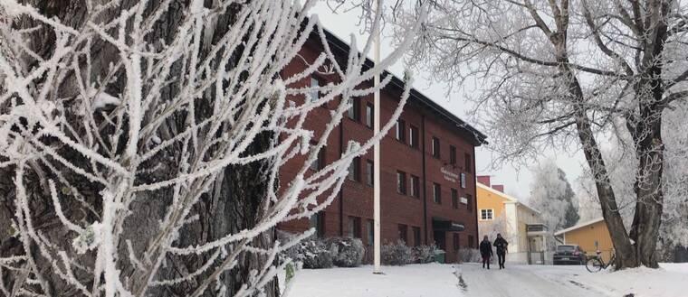 Ett snötäckt kommunhus i Vilhelmina.