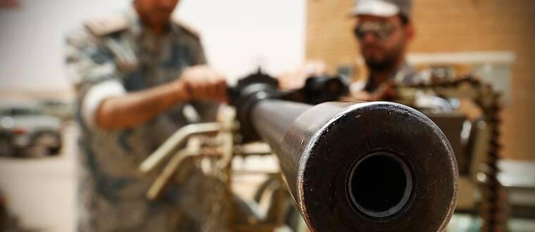 Saudisk styrka laddar maskingevär vid landets norra gräns.