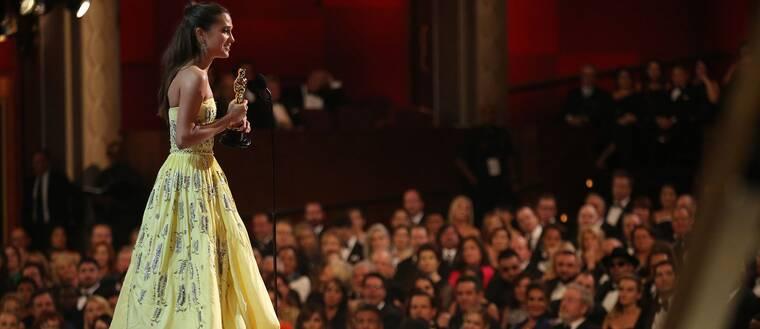 Alicia Vikander blir historisk när hon som första svenska skådespelare på 41 år vinner en Oscar.
