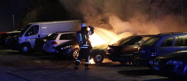 Tre bilar skadades i en bilbrand på Tjärna ängar.