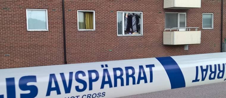 Krossat fönster i lägenhetshus. Polisens avspärrningsband.