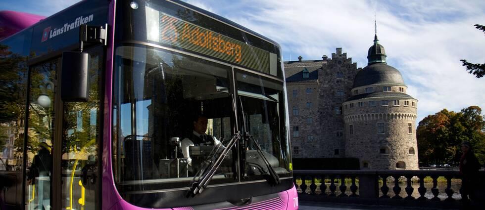 En stadsbuss i Örebro framför slottet.