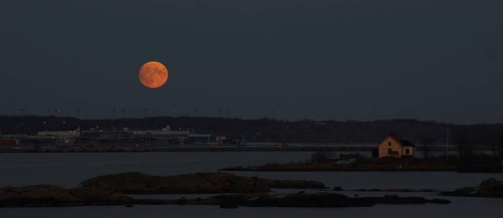 Markus Engvall fångade en blodröd supermåne över Karlskrona. Bilden är tagen från Magasinet, Stumholmen mot Verkö.