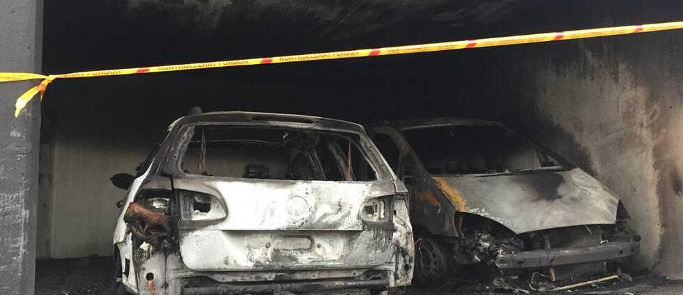 Två bilar som blivit förstörda i en brand