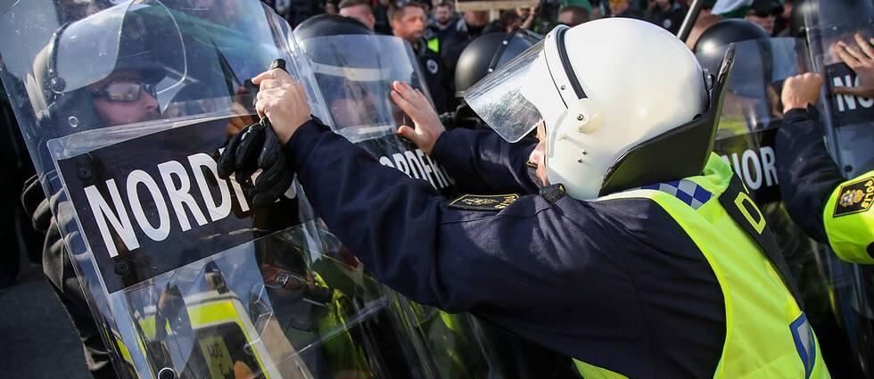 Polis konfronterar demonstranter från Nordiska motståndsrörelsen i Göteborg 30 september.