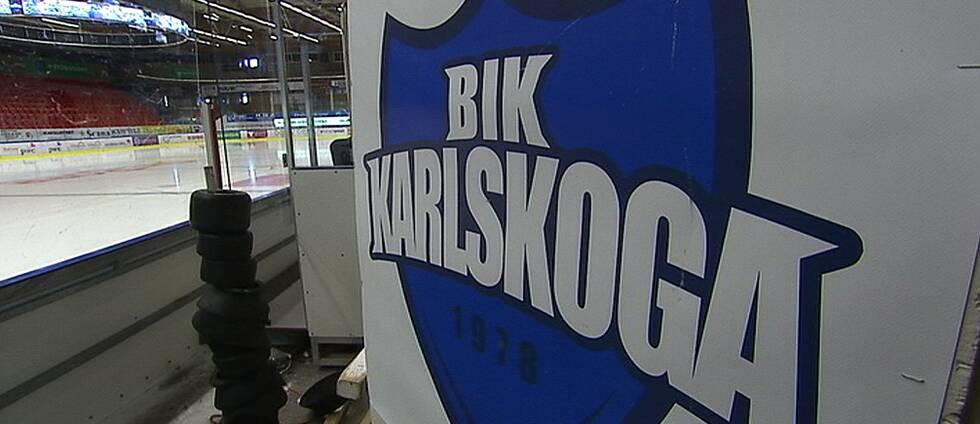 BIK Karlskogas logga. I bakgrunden syns en ishockeyrink