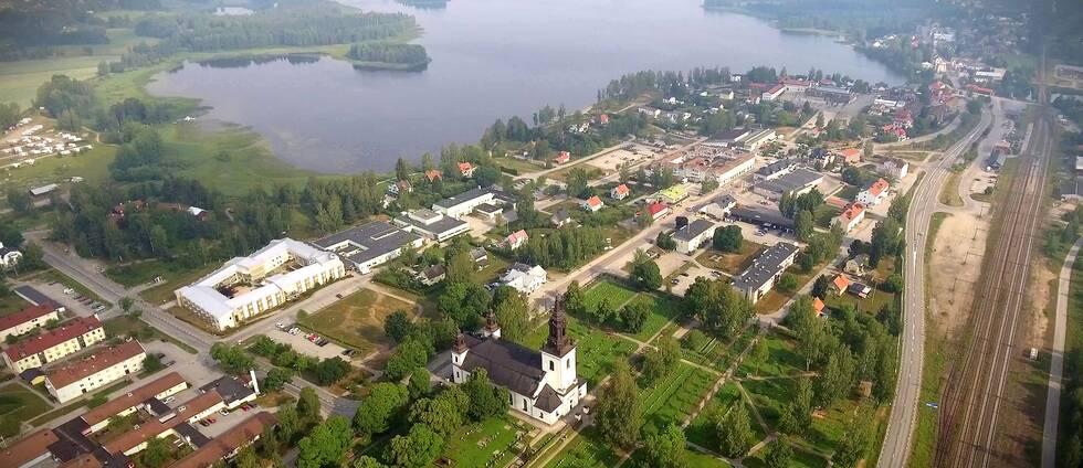 flygbild över samhälle, med kyrka och sjö