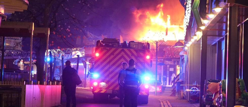 Lågorna slog upp från taket på restaurangen när räddningstjänsten kom fram till nöjesfältet.