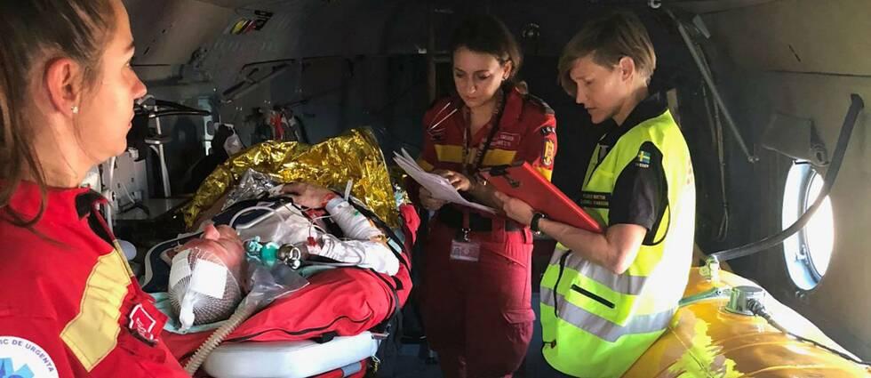 narkosläkare Sandra Isaksson (t h), till vardags på Vrinnevisjukhuset i Norrköping, får en rapport av en israelisk läkare ombord på en israelisk ambulanshelikopter under krisövningen i Rumänien