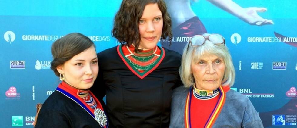 Skådespelarna Lene Cecilia Sparrok och Maj Doris Rimpi på var sin sida av regissören Amanda Kernell.