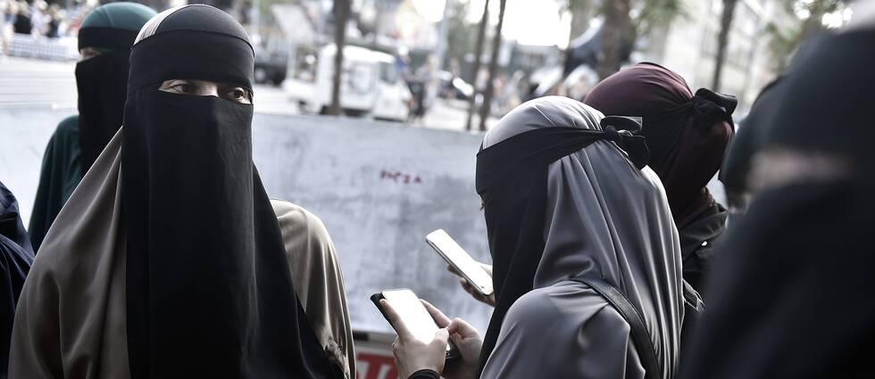 Människor demonstrerar i Köpenhamn samband med att den nya lagen som förbjuder heltäckande slöja på offentlig plats trädde i kraft i Danmark i augusti. Frankrike var först i EU med att införa ett slöjförbud.