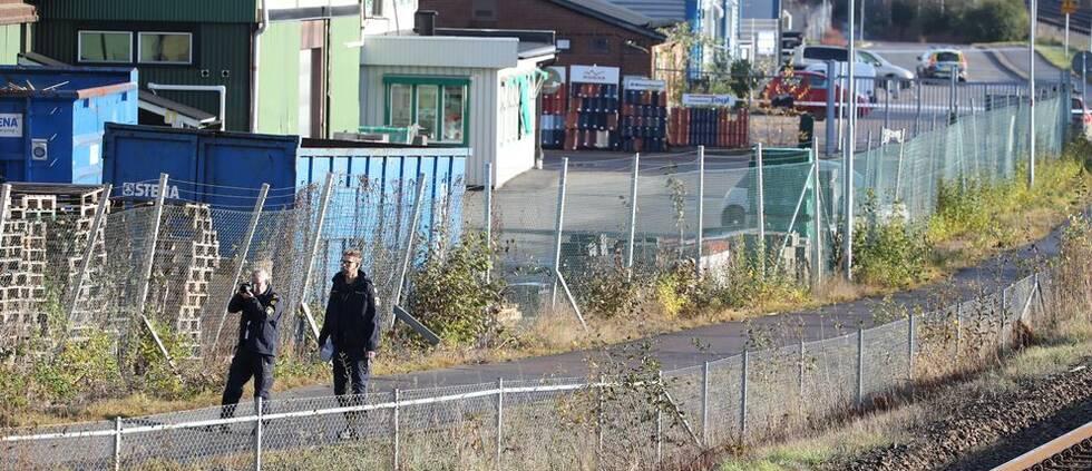 Polisens tekniker undersöker brottsplatsen utanför festlokalen i Mölnlycke.