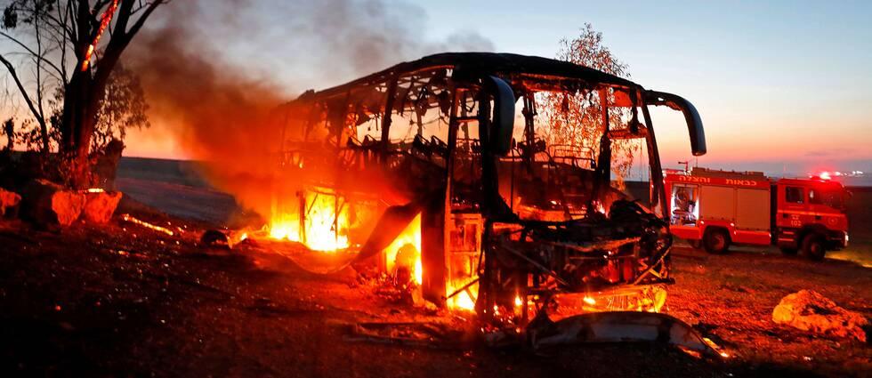 En utbränd bus efter raketbeskjutning från Gazaremsan