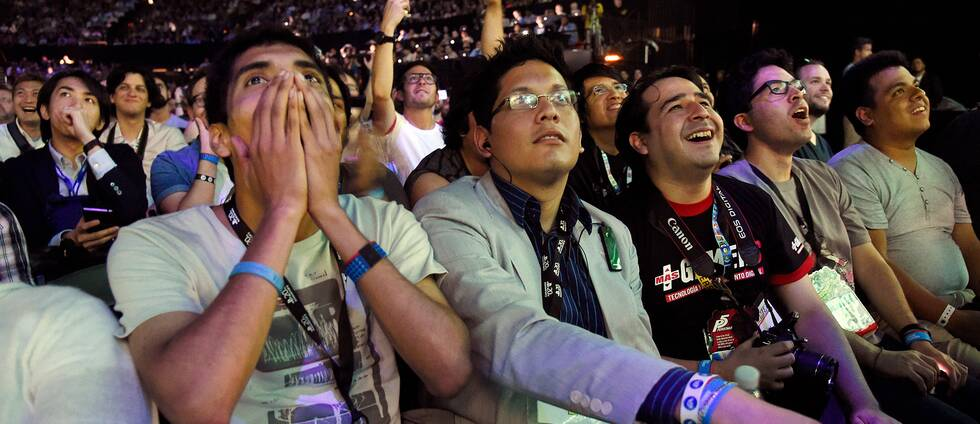 Publiken följer Sonys presskonferens på E3 2015.
