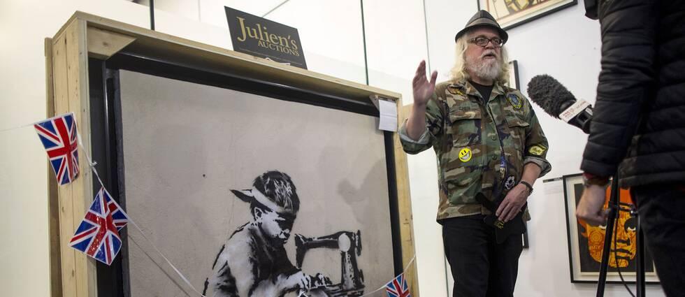 Den amerikanske konstnären Ron English, som köpt Banksymålningen Slave labour.