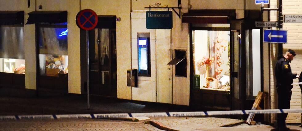 Bankboxens lucka sprängdes upp sent på söndagskvällen, och polisen spärrade av ett område vid Stora torget i Skänninge