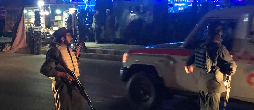 Afghanska polismän bevakar platsen där självmordsdådet ägde rum.