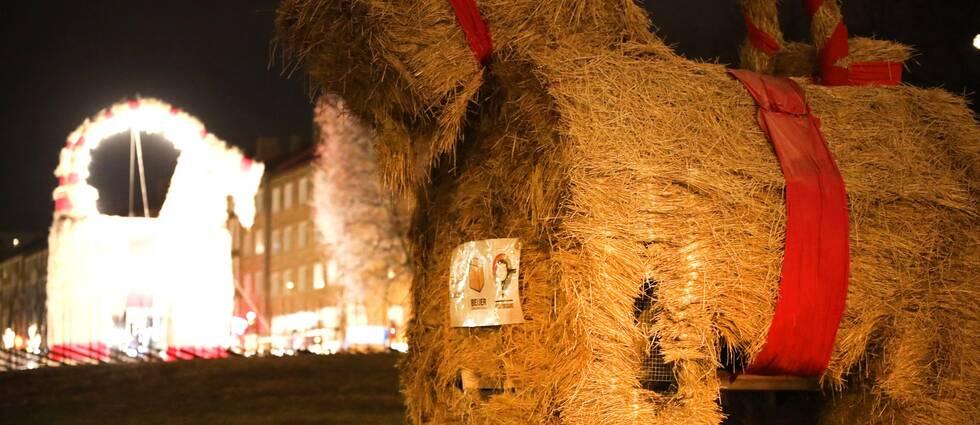 Någon satte eld på vänster framben tillhörande den lilla julbocken i Gävle, natten mot söndag