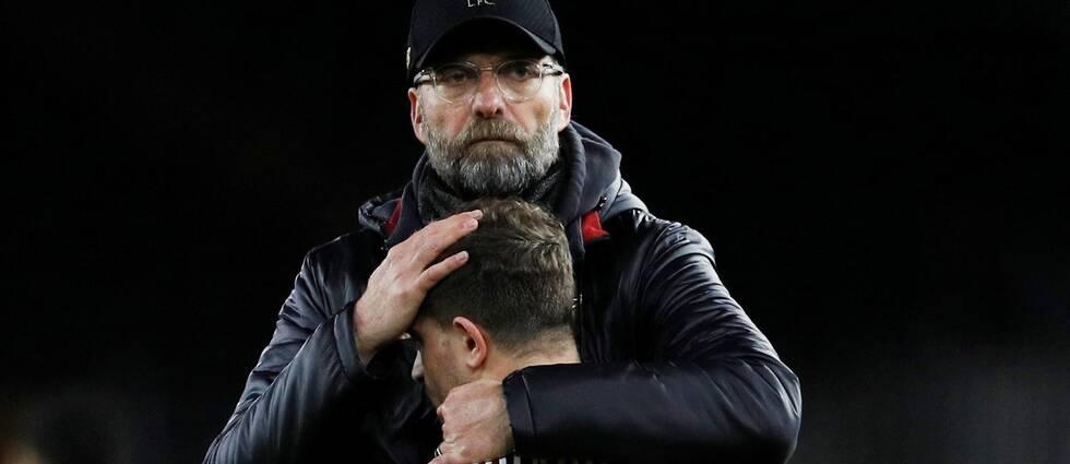 Liverpools tränare Jürgen Klopp tröstar Xherdan Shaqiri.